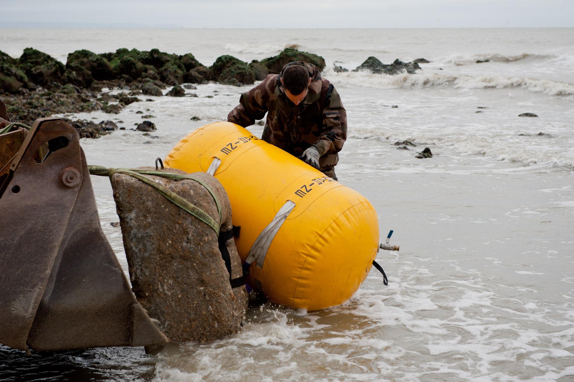 Lors d'une opération de déminage sur la plage de Sainte Adresse (Photo © Marine nationale)