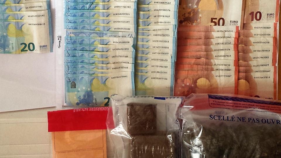 152 grammes d'herbe de cannabis, 386 grammes de résine de cannabis et 1400 € en numéraire ont été découverts dans le logement des suspects (Photo © Gendarmerie nationale)