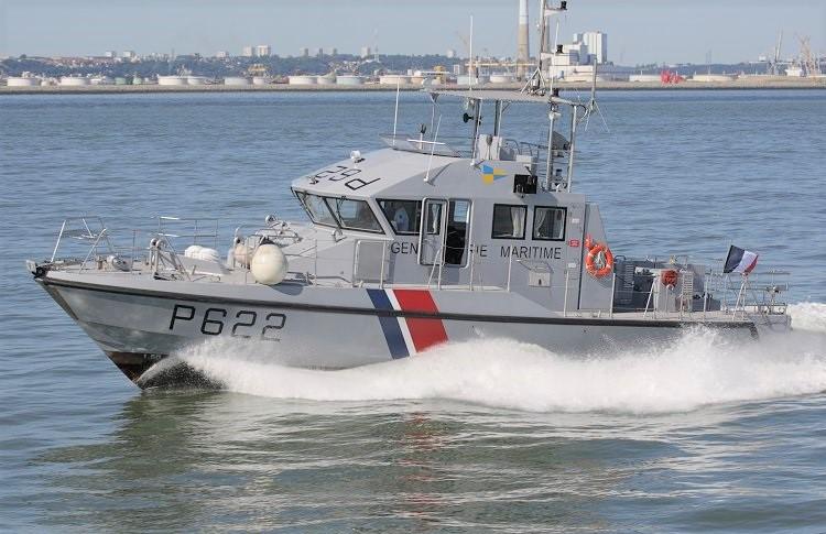 La vedette côtière de la gendarmerie maritime a raccompagné le chalutier jusqu'au port de Honfleur (Crédit Photo ©Guillaume Rueda/meretmarine.com)