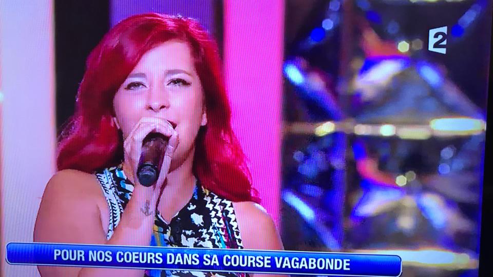 Cindy a interprété Retiens la nuit pour son père Jean-Pierre, fan de Johnny Hallyday (photos @ captures d'écran France 2)