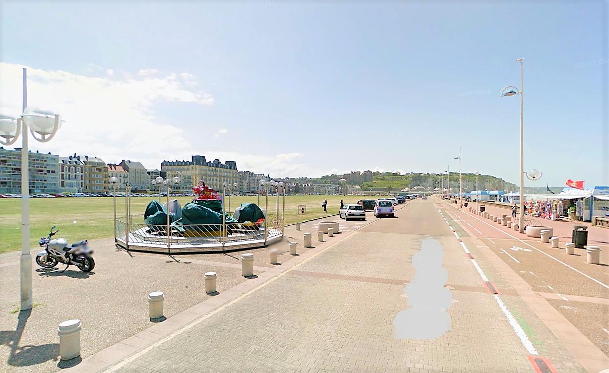 La fête foraine s'installe sur la pelouse du front de mer pour une quinzaine de jours : les places sont disputées (illustration @Google Maps)