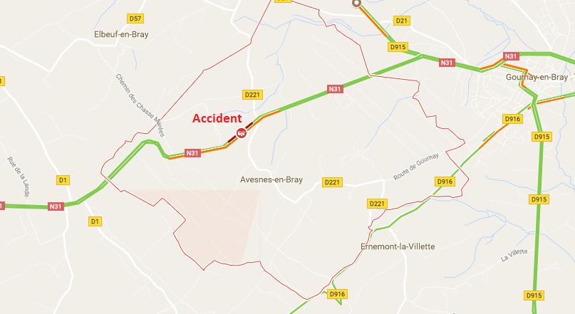 Sortie de route sur la RN31 à Avesnes-en-Bray : la voiture retenue par un arbre dans le fossé