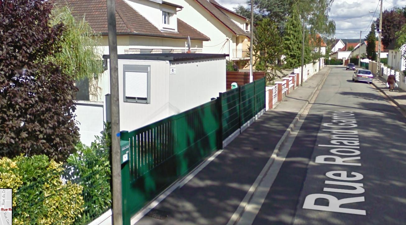La victime vivait dans un bungalow implanté sur un bout de terrain en bordure de la rue Roland-Garros (Illustration ©Google Maps)