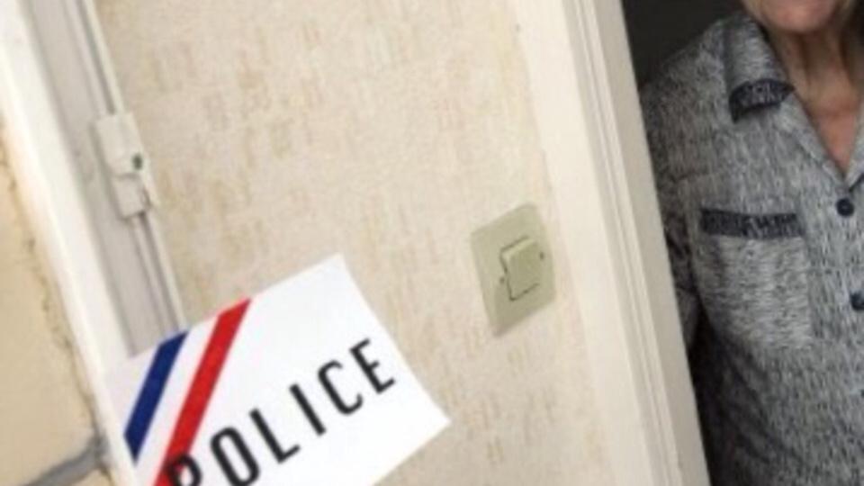 La gendarmerie recommande de ne pas laisser entrer chez soi des inconnus quelque soit la qualité déclinée : policier, agent des eaux, plombier et même gendarme... (illustration)
