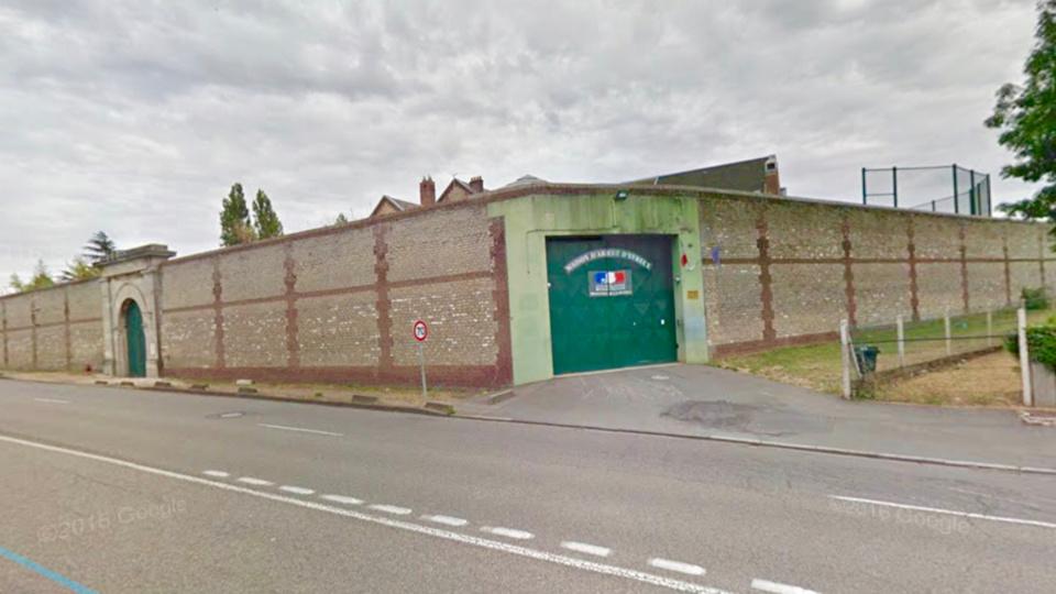 Le jeune homme avait gare sa voiture près de la maison d'arrêt et se préparait à parachuter des petits paquets par dessus le mur d'enceinte (illustration)