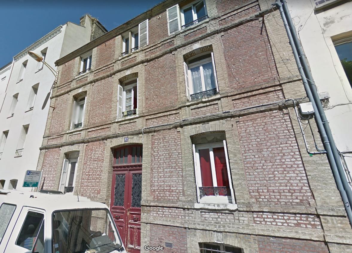 Le premier et second étages de cet immeuble ont été ravagés par les flammes (Photo d'illustration de mai 2016 © Google Maps)