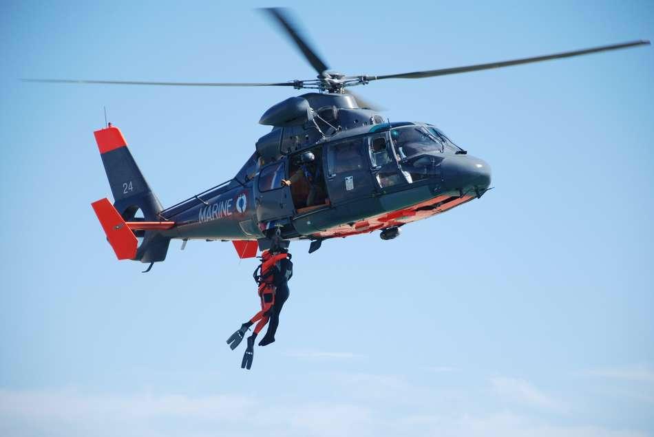 Le blessé a été hélitreuillé à bord du Dauphin de la Marine (illustration @ Défense.gouv)