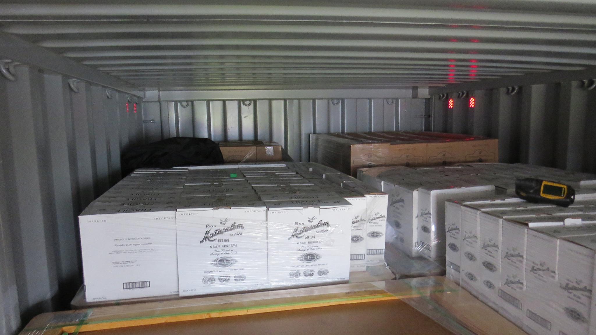 Plusieurs sacs remplis de cocaïne se trouvaient dans le contenur parmi des cartons de bouteilles de rhum (Photo © Douane)