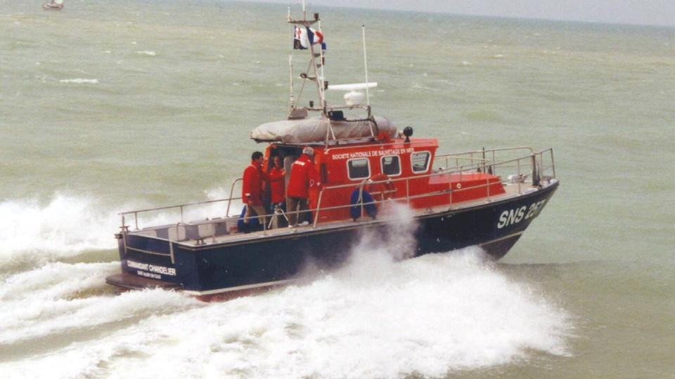 Des embarcations des sauveteurs en mer (SNSM) de Fécamp et de Saint-Valery-en-Caux ont été engagées (Photo @ Prémar/Twitter)