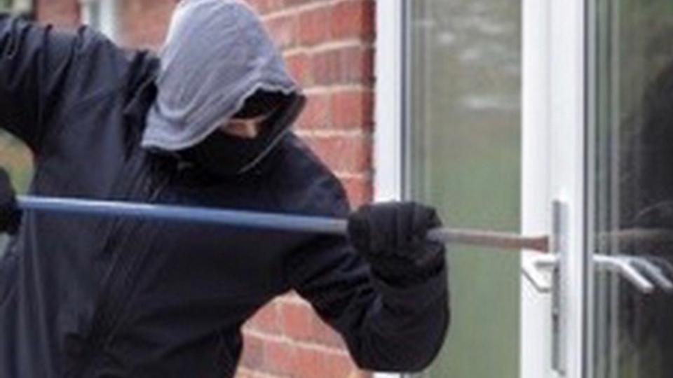 Le cambrioleur a fracturé une fenêtre pour s'introduire dans l'habitation (Illustration)