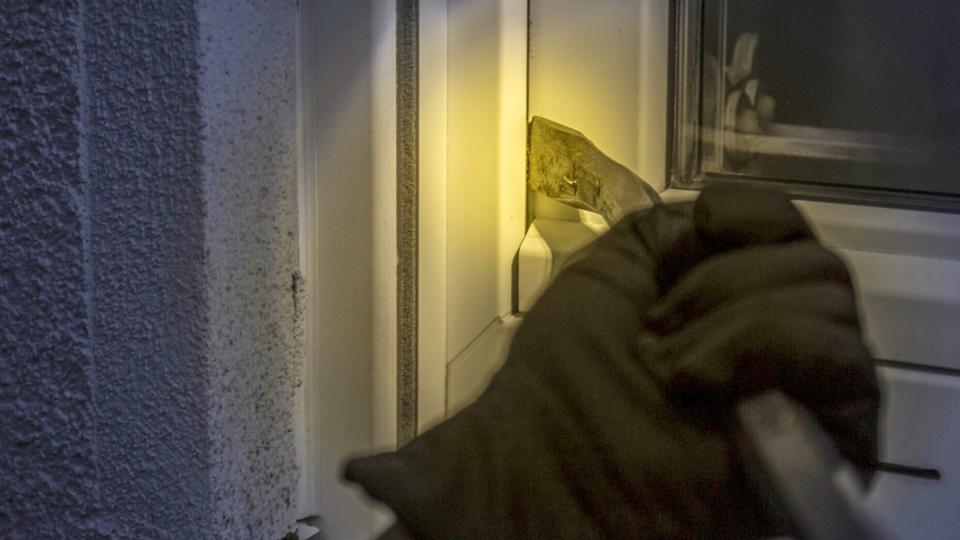 Le voleur est entré par effraction dans la demeure. Il a dérobé les clés du véhicule avec lequel il est parti (Illustration © Pixabay)
