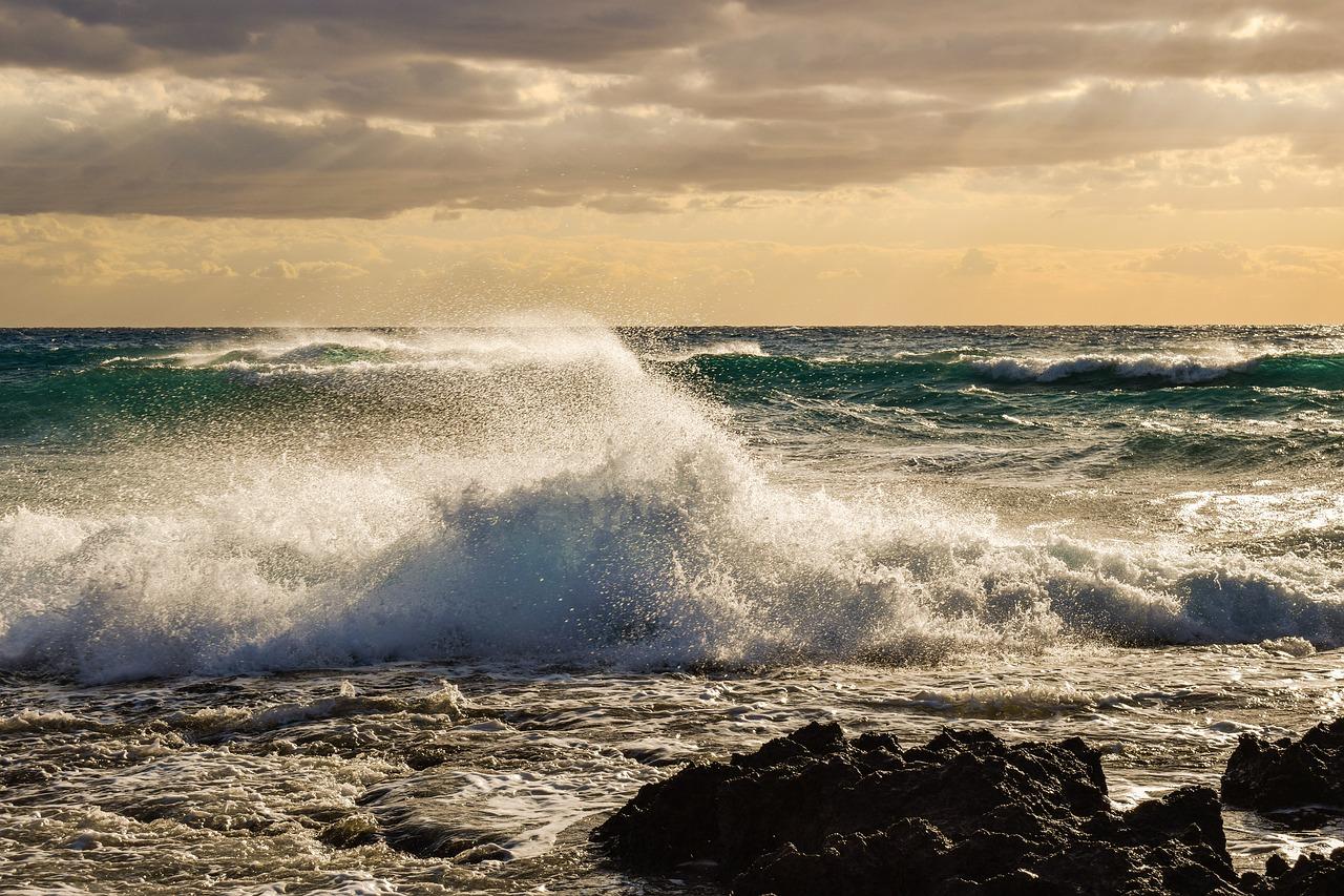 Des vagues importantes et des rafales de vent pouvant atteindre 140 km/h sont attendues ce dimanche (Illustration © Pixabay)