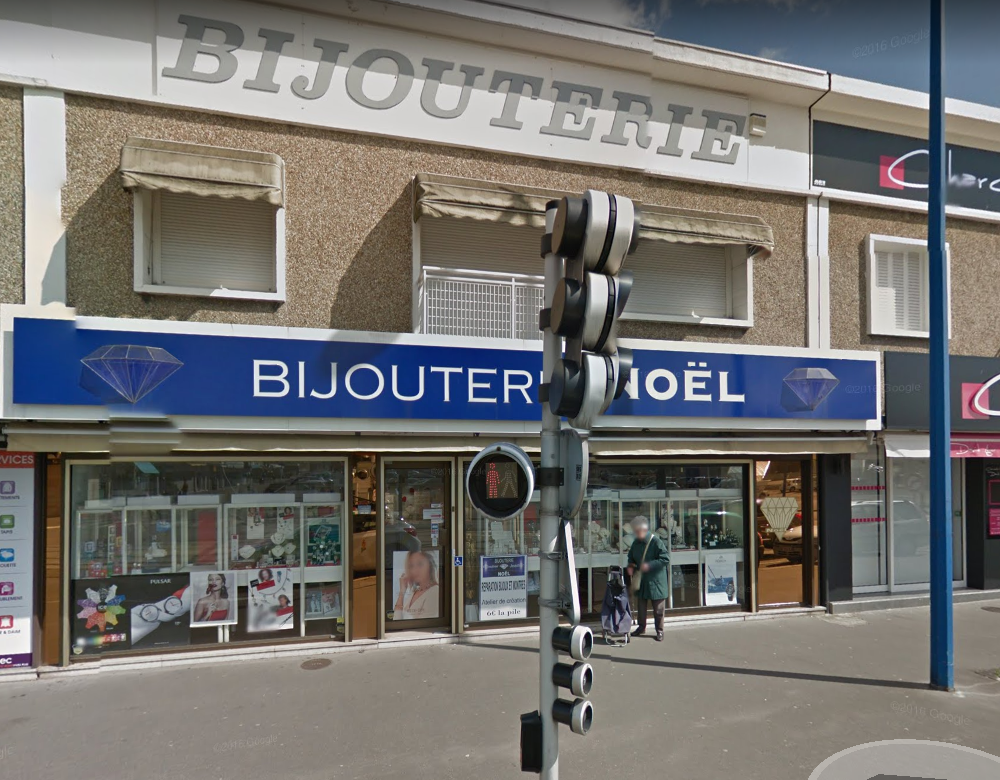 Les malfaiteurs ont éventré le rideau métallique et la devanture avec une voiture volée (Illustration © Google Maps)