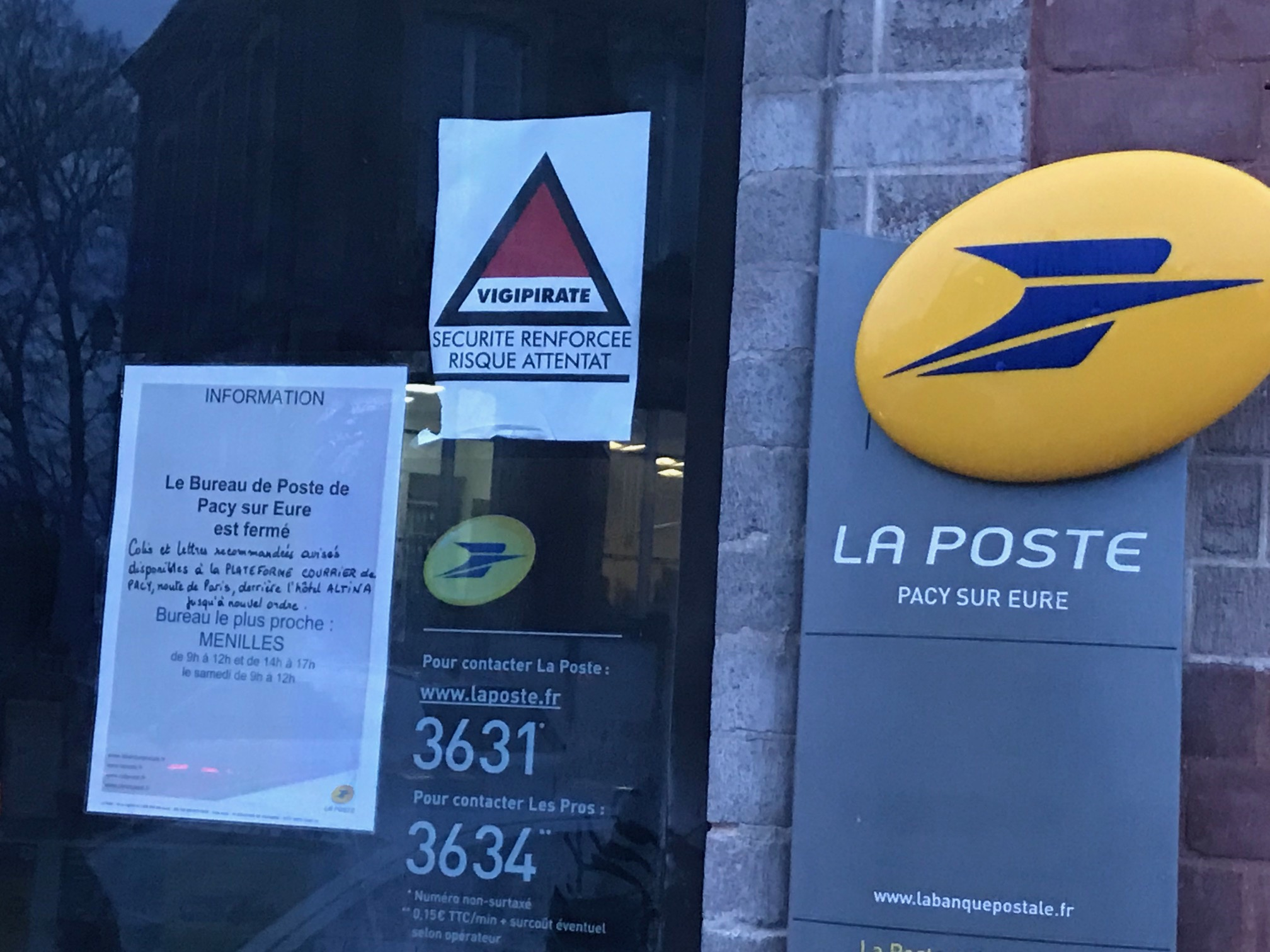 Le bureau de poste devrait rester fermé plusieurs semaines, en raison des dégâts importants constatés à l'intérieur (Photo © infoNormandie)