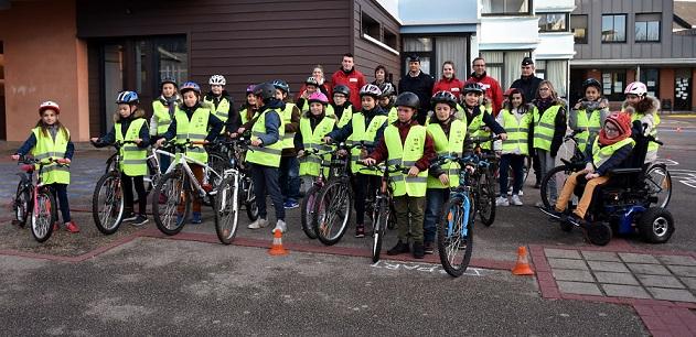 25 élèves de CM1-CM2 de l'école « Les portes de la Forêt » à Bois-Guillaume ont été sensibilisés à la sécurité routière (Photo ©DDSP76)