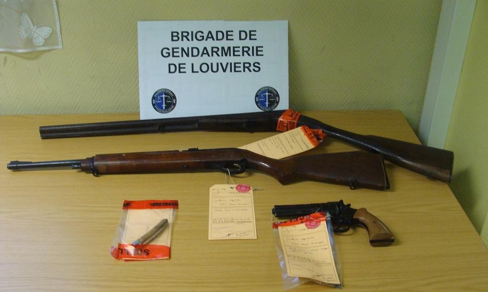 Une carabine, un revolver et un couteau ont été retrouvés dans un véhicule stationné à proximité de la maison (Photo © Gendarmerie)