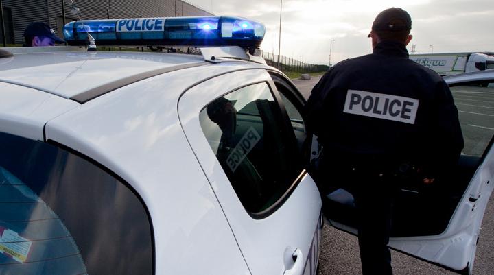 L'un des policiers a été frappé, sans être blessé, par le jeune homme (Illustration © DGPN)