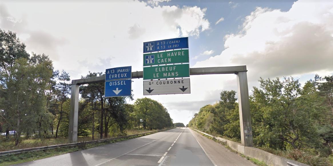 Le motard circulait sur la N138 dans le sens Rouen - Paris/Caen. Il a percuté le rail de sécurité dans des circonstances ignorées (Illustration © Googgle Maps)