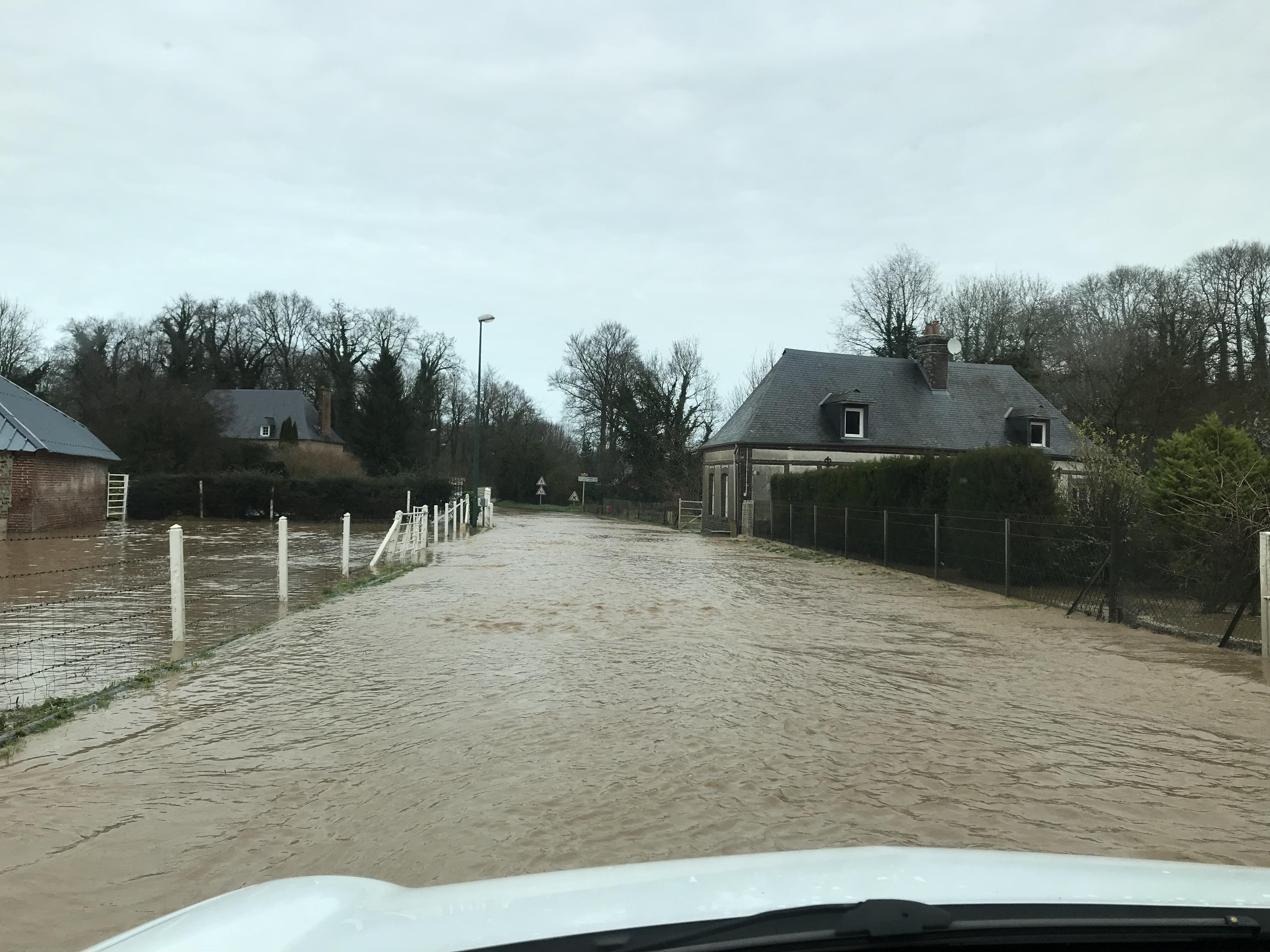 Dans l'Eure et en Seine-Maritime, plusieurs routes inondées sont toujours fermées à la ciruclation (Photo © infonormandie)
