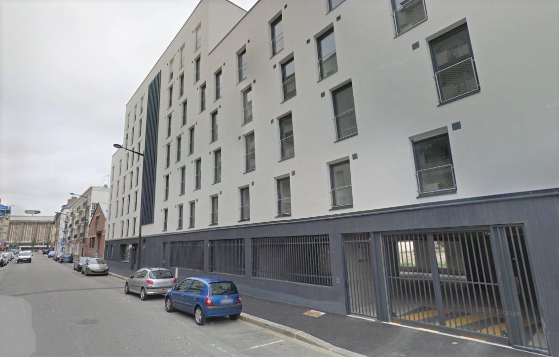 Le jeune homme a chuté du cinquièeme étage de cet immeuble situé 124, rue Jules Lecesne, près de la gare du Havre (Illustration © Google Maps)