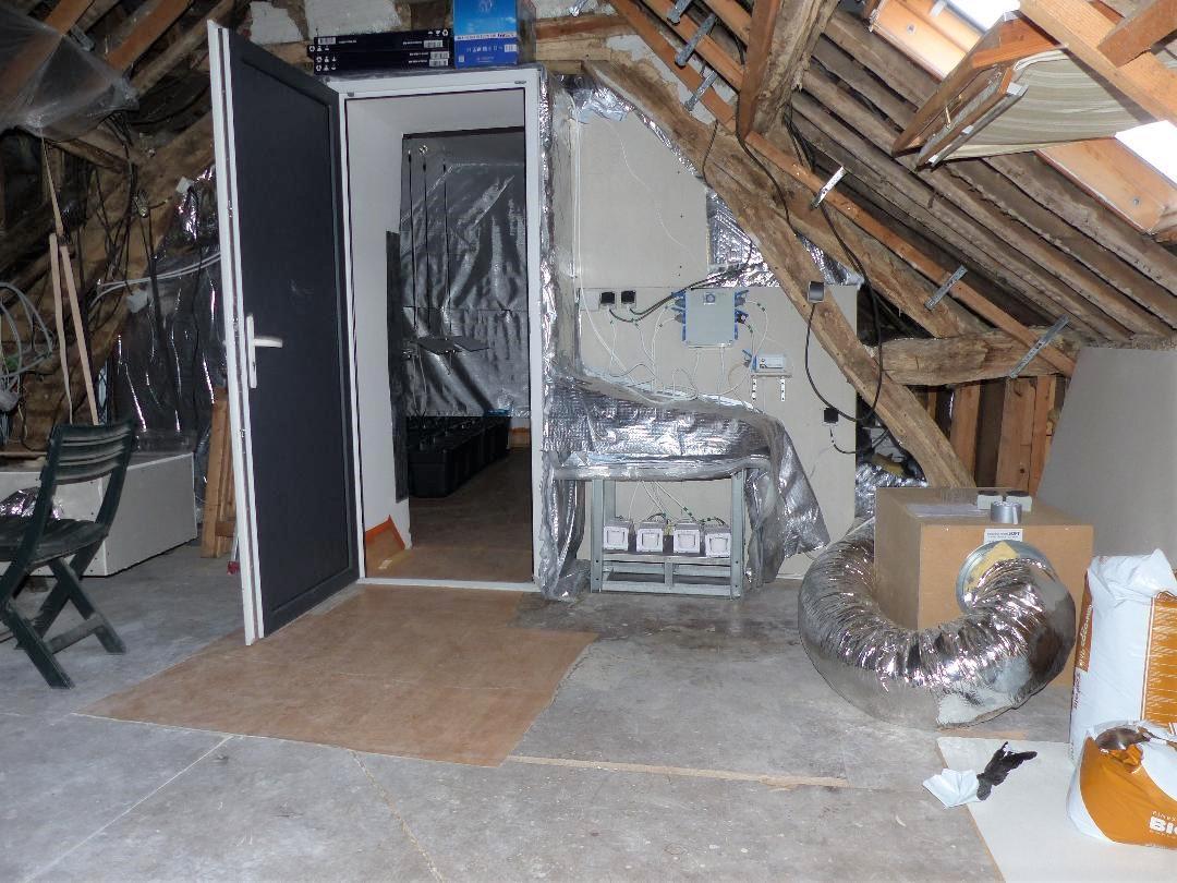 La chambre de culture installée dans les combles a été démontée, et le matériel saisi
