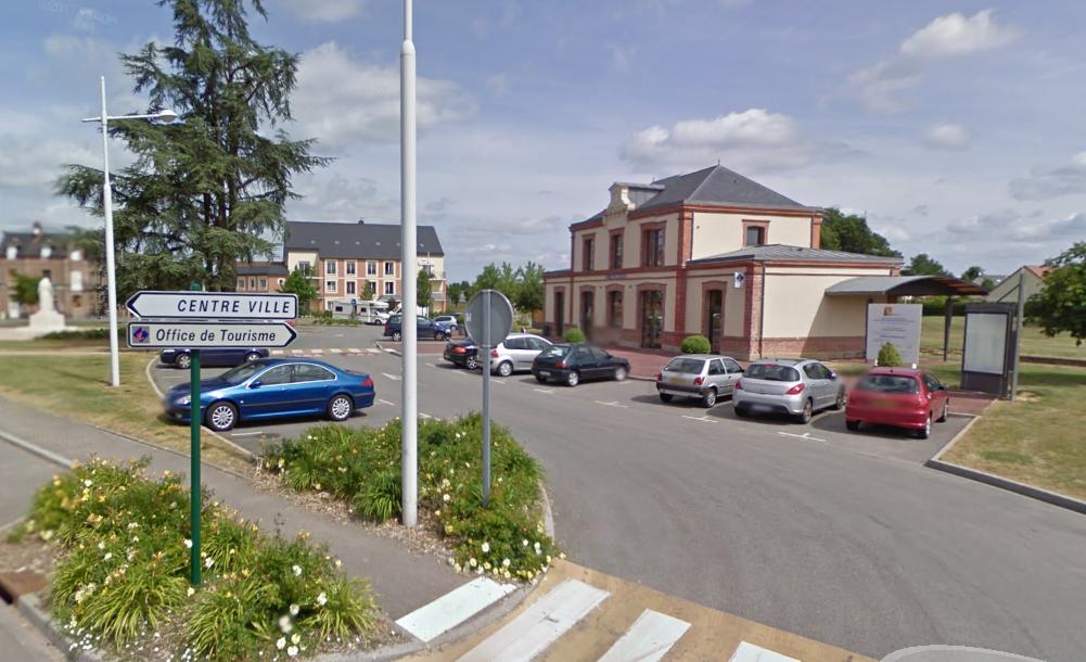 Les deux jeunes gens ont tendu un guet-apens au quadragénaire près de l'office de tourisme du Neubourg et l'ont roué de coups (Illustration © Google Maps)