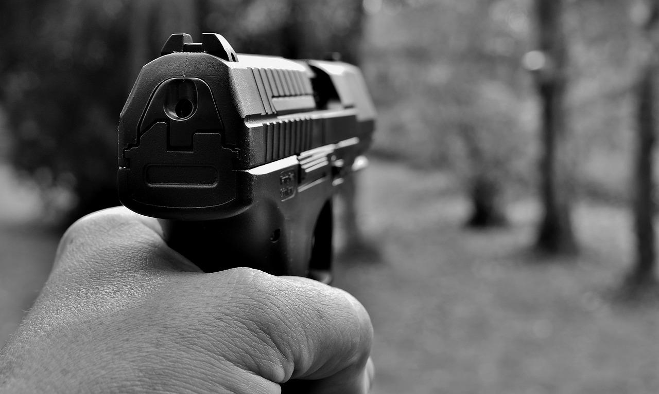 Le chargeur du pistolet automatique était chargé de quatre cartouches à blanc (Illustration © Pixabay)