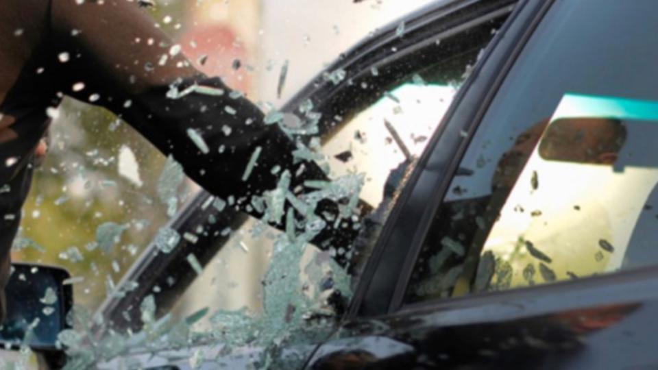Cinq véhicules ont été endommagés et fouillés par les deux voleurs à la rouloette (Illustration)