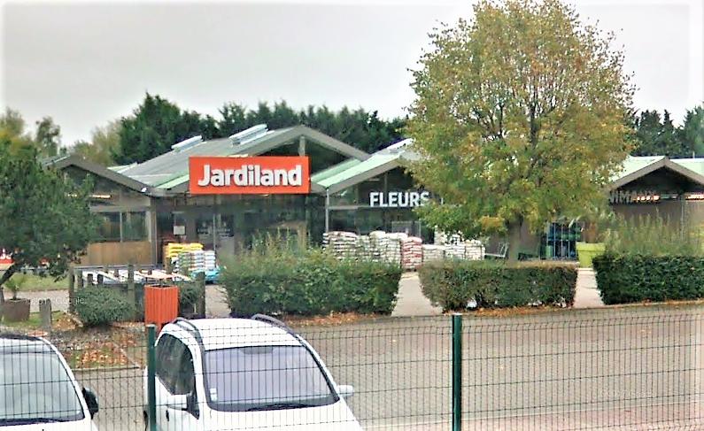 Les malfaiteurs se sont introduits par les toits du magasin, provoquant d'importants dégâts (Illustration © Google Maps)