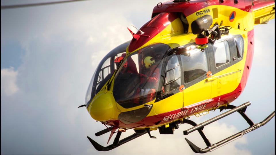 Compte tenu de l'urgence, l'hélicoptère de la sécurité civile Dragon 76, basé près du Havre, est intervenu pour prendre en charge le plongeur (Illustration)