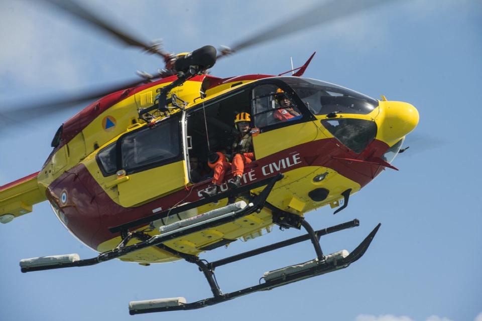 Le marin a été hélitreuillé à bord de Dragon 76 pour être évacué vers l'hôpital Jacques Monod (Illustration © PREMAR/Twitter)