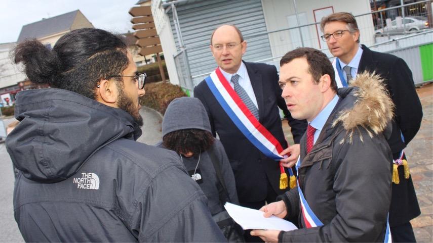 Raphaël Cognet, maire de Mantes-la-Jolie est venu à la rencontre des usagers ce matin à la gare SNCF (Photo @ D.R.)