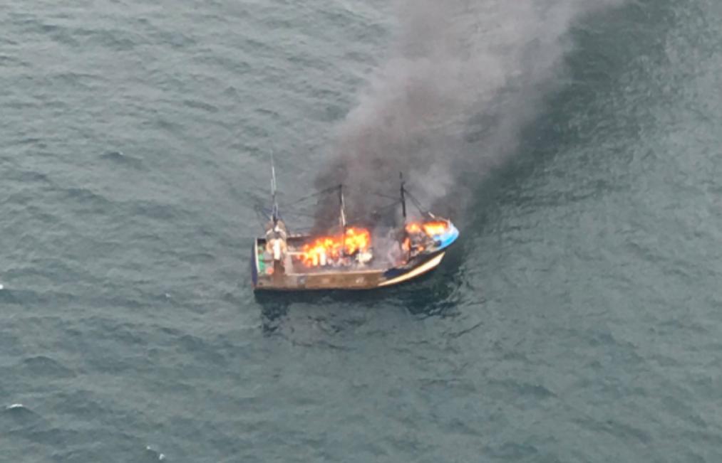 Le chalutier a pris feu au large de Dieppe (Photos @ Préfecture Maritime de la Manche et mer du Nord)