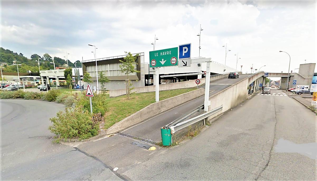 L'enquête de police devra établir dans quelles circonstances l'accident s'est produit dans le parking aérien du centre commercial (Illustration © Google Maps)