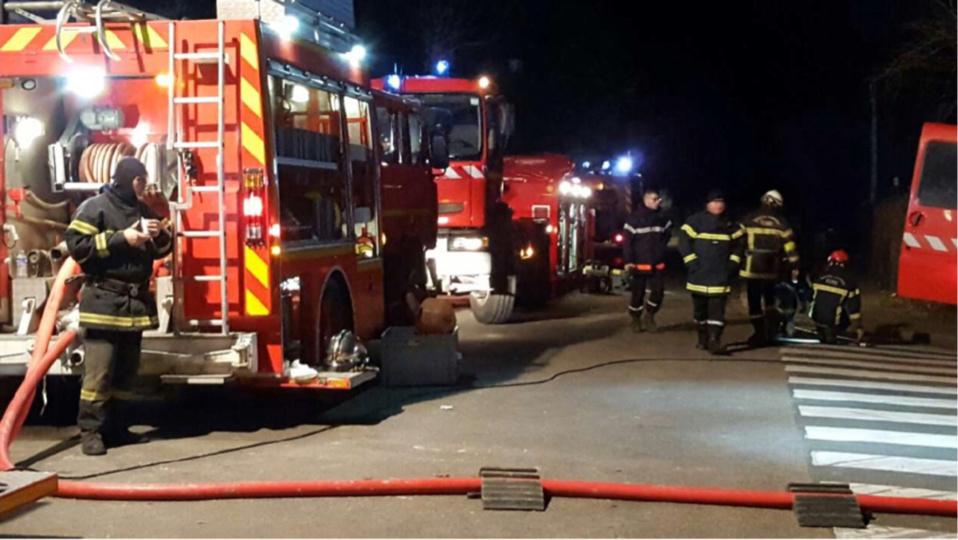 Les sapeurs-pompiers ont dû déployer deux lances pour venir à bout de l'incendie (Illustration © infoNormandie)