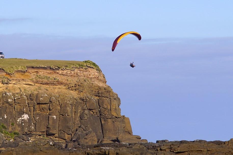 Le parapentiste aurait percuté accidentellement la falaise (Illustration © Pixabay)