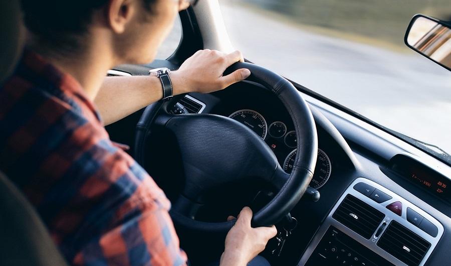 Dans la panique, le jeune garçon s'est installé au volant de la voiture pour emmener son copain à l'hôpital (Illustration © Pixabay)