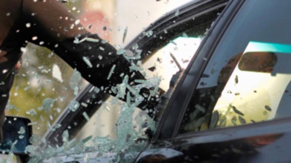 Les voleurs ont brisé les vitres des véhicules pour dérober ce quil y avait à l'intérieur (Illustration)