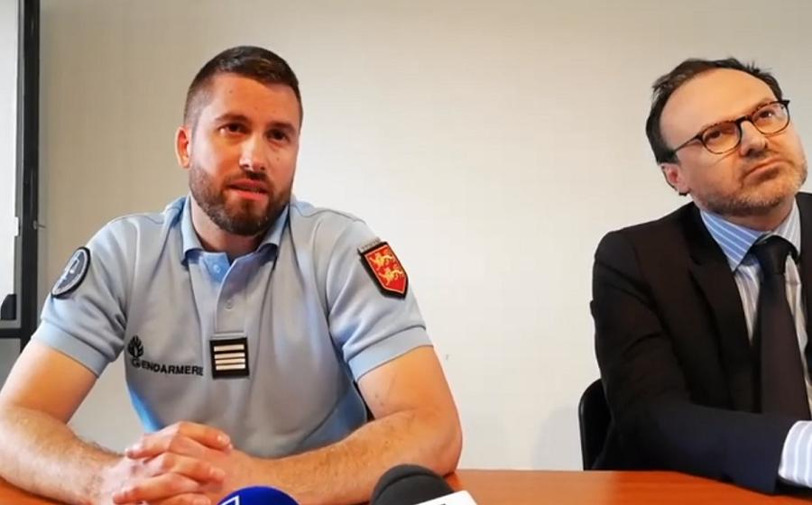 Le chef d'escadron Yannick Calvez et Antoine Barat, substitut du procureur de la République ont confirmé ne disposer d'aucune piste véritable, lors d'un point presse organisé ce dimanche après-midi à Romilly-sur-Andelle  (Capture d'écran © Gendarmerie/Facebook)