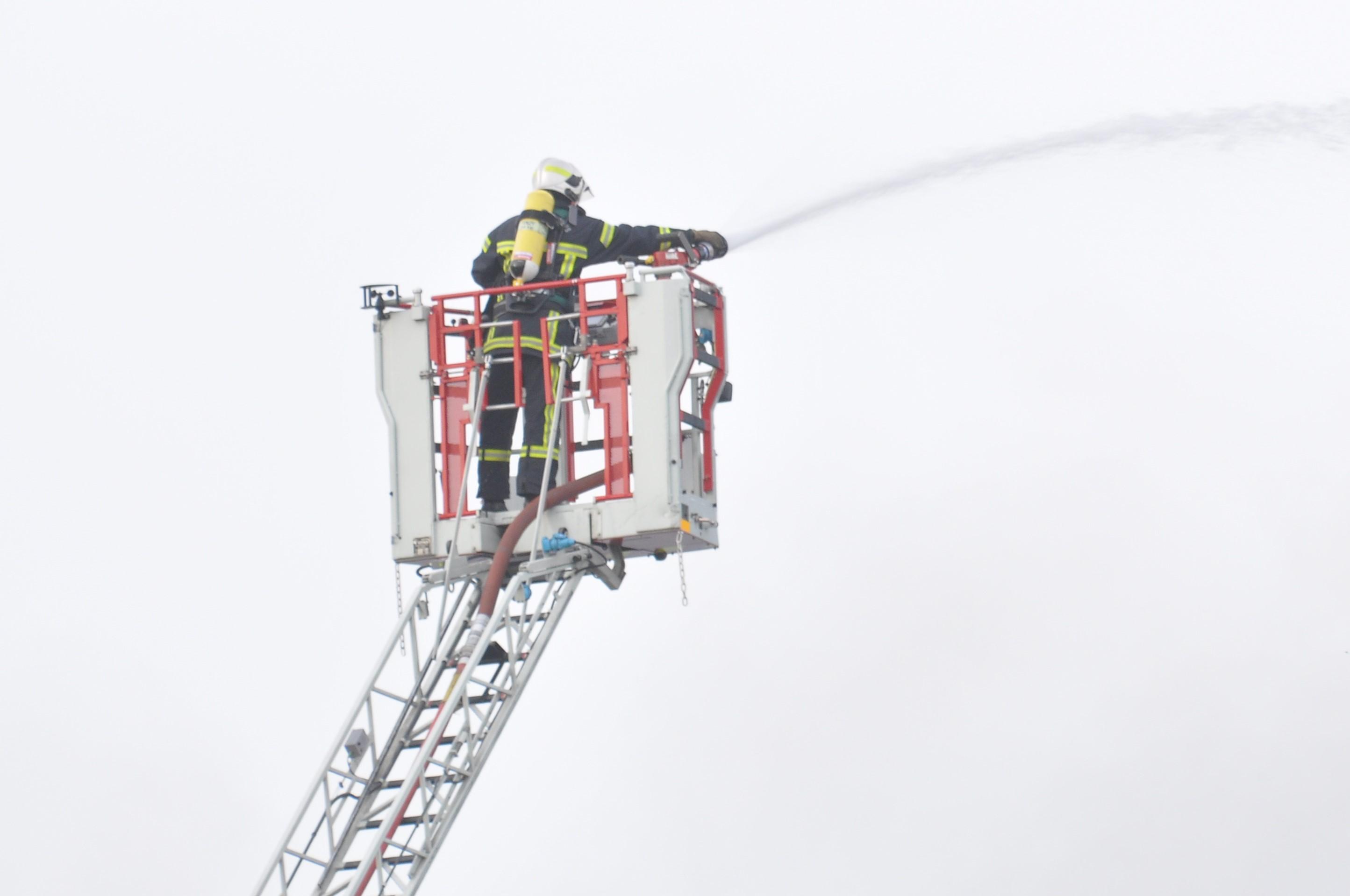 Les pompiers ont déployé deux lances, dont une sur échelle aérienne (Illustration © infoNormandie)