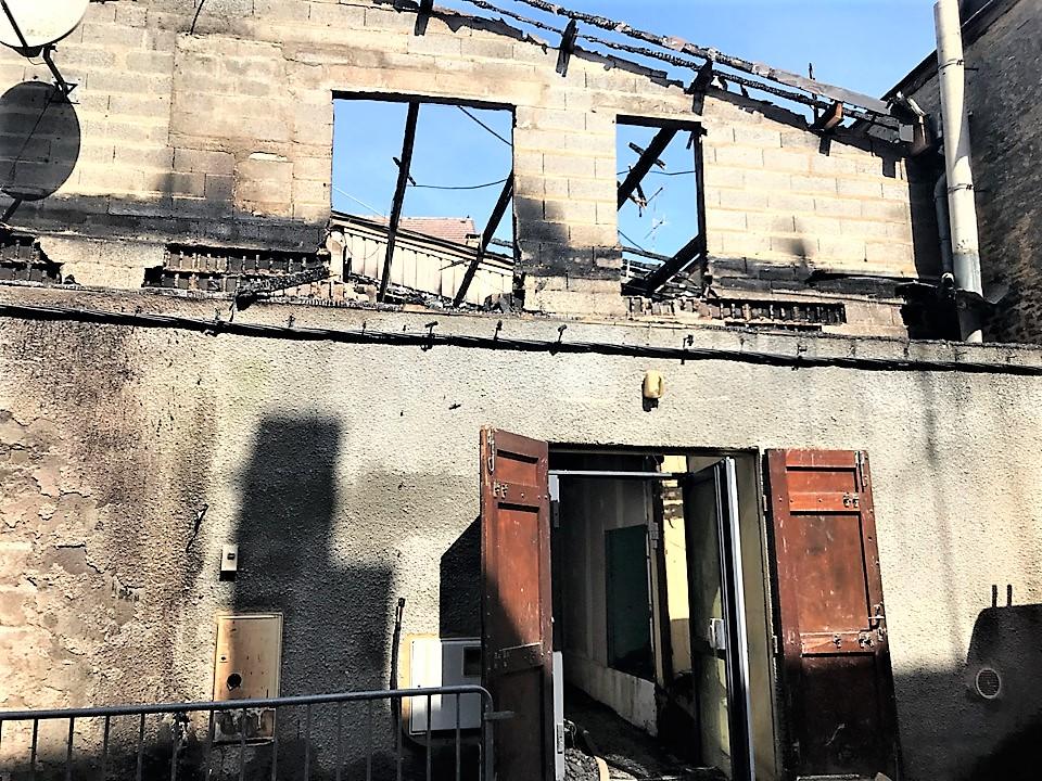 C'est un feu de poubelles entreposées le long du mur extérieur de la bâtisse, qui a embrasé le petit immeuble de ville en cours de rénovation (Photo © infoNormandie)