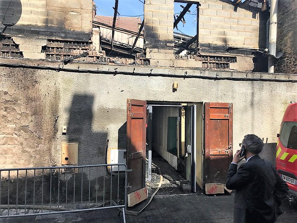 Une femme et ses deux petits enfants dormaient à l'étage lorsque le feu a embrasé la maison