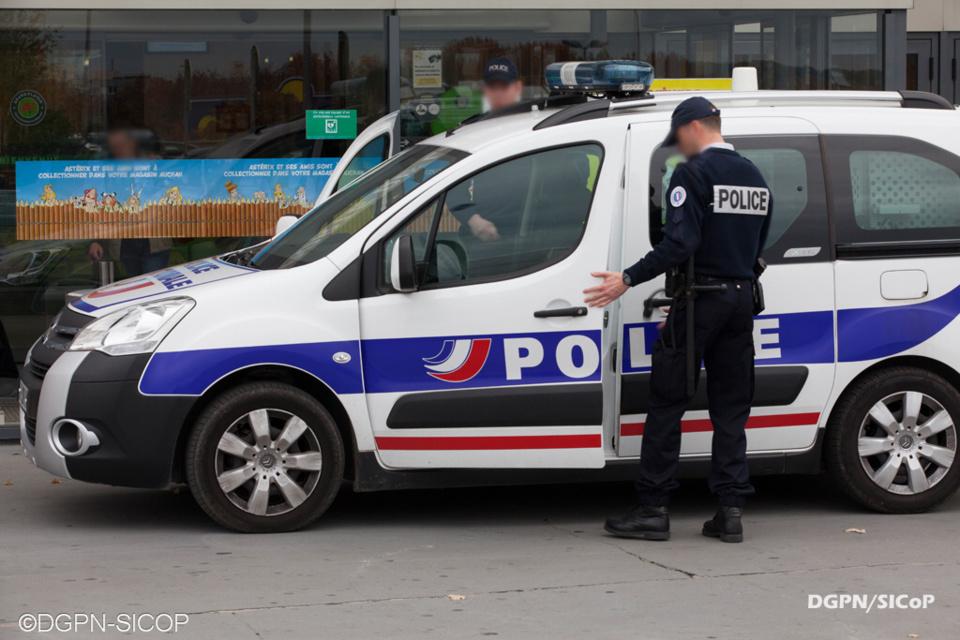 Trois véhicules de police ont été la cible de projectiles - Illustration @ DGPN