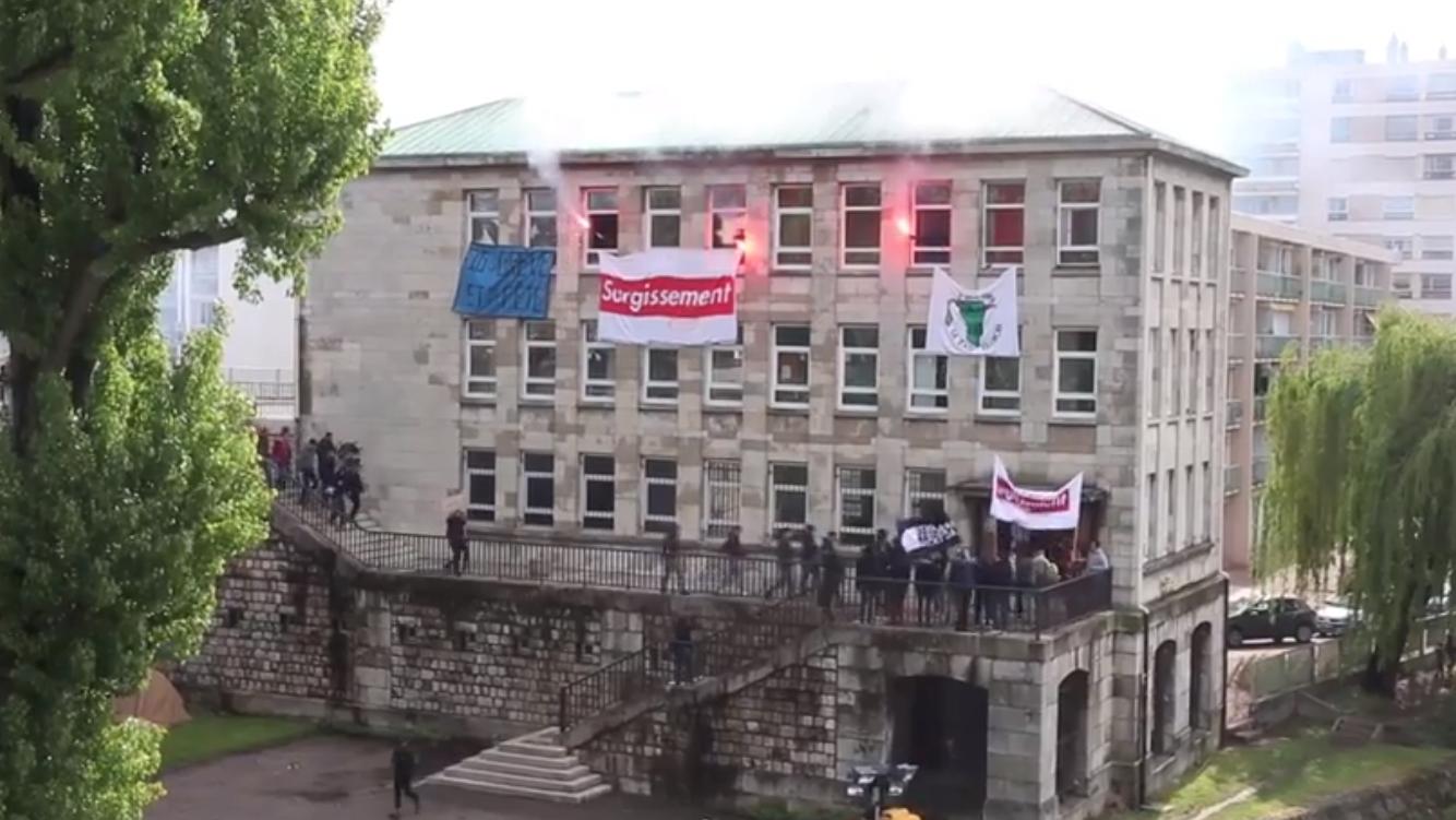 Une vingtaine de personnes occupait cet immeuble désaffecté - Capture vidéo Facebook