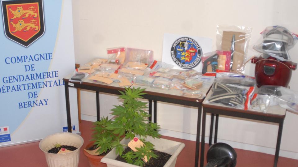Des stupéfiants, des armes et une importante sommes d'argent en petites coupures ont été saisis lors des perquisitions - Photo @ gendarmerie de Bernay