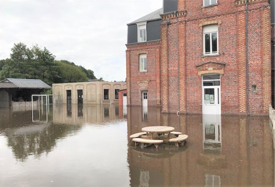 L'école Jeanne d'Arc à Bernay sous les eaux - Photo @ préfecture27/Twitter