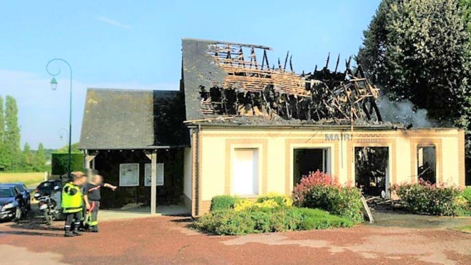 Les combles et la toiture de la mairie de Brétigny ont été entièrement détruits - Photo © D.R./infonormandie