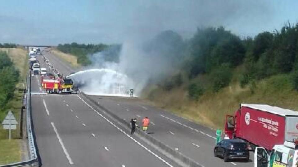 Un poids lourd se couche et prend feu : l'autoroute A29 coupée dans les deux sens en Seine-Maritime