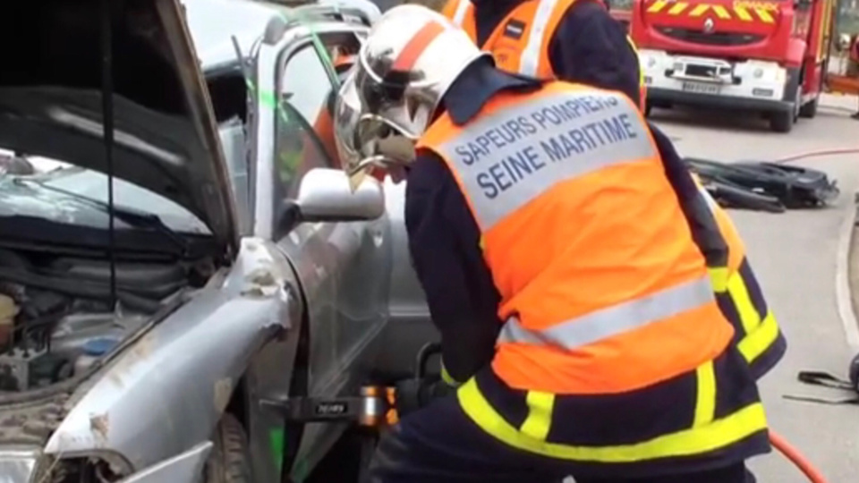 Les sapeurs-pompiers ont procédé à la désincarcération de la victime, prisonnière de sa voiture - Illustration