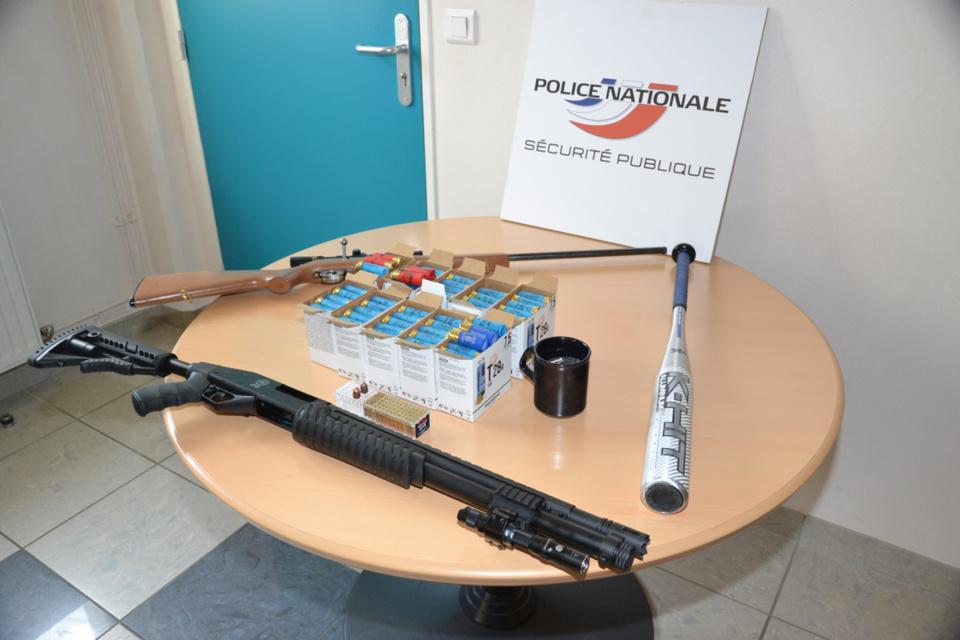 Deux armes longues et des munitions ont notamment été découvertes au domicile du suspect - Photo @ Police27